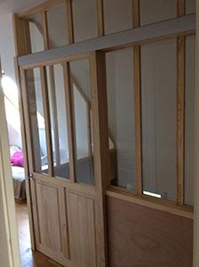 Séparation vitrée avec porte coulissante